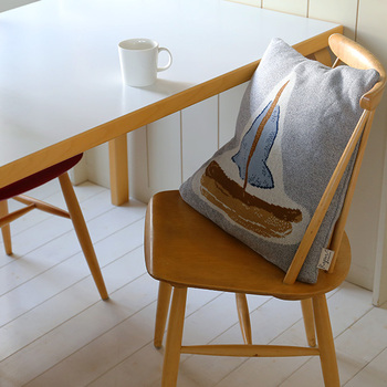 ふんわりとしたオーガニックコットン100%のコットンニットで作られたクッションカバーです。絵本から抜け出したような優しいタッチのイラストに心が癒されます。