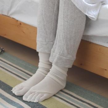 夏場でも「寝るとき靴下」を履くことで、冷え性やむくみが軽減♪質のよい睡眠へとアプローチすることができますよ。汗を外に排出する素材「シルク」を選んで、優れた吸水性と速乾性を実感してみてください。 一年中ホカホカな足元で元気に過ごしましょう。