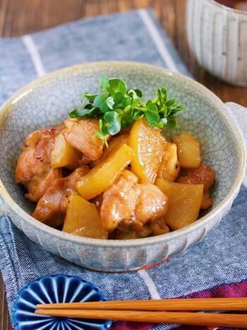 味がじんわり染み込んで美味しい鶏大根!どちらも低コストな食材なのに、組み合わせるとすごく美味しいのです。たくさん作って、次の日のお弁当や作り置きにも生かせるおかずです。