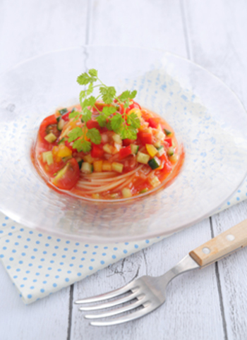細かくカットした野菜をトマトジュースで和えた、彩の綺麗なスープパスタです。パプリカや玉ねぎなど野菜がたくさん入って、栄養満点の一品です。