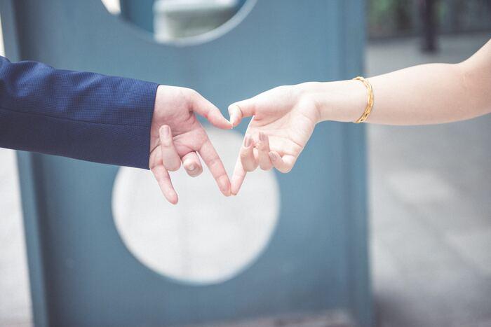 世の中に『妥協婚』という言葉があるくらい、相手の容姿や性格、価値観、収入などのどこかに妥協して結婚している方は結構いらっしゃいます。でも、そういった妥協婚をしたカップルは破局してしまうケースも多いそうです。これは恋愛中のカップルも同じ。特に性格や価値観の部分で妥協すると、「やっぱり許せなかった」など、妥協点への後悔が長年一緒にいることで無視できなくなるようですね。
