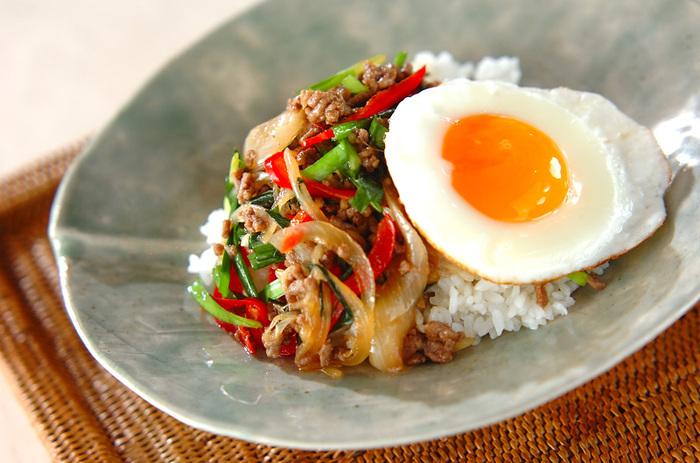 安価で手に入りやすい「ひき肉」は、様々な料理に使える優れもの。見た目にも食欲をそそる「甘辛ひき肉のまぜまぜ丼」は、卵にひき肉にお野菜と、一皿で元気いっぱいになれそうなレシピですね。