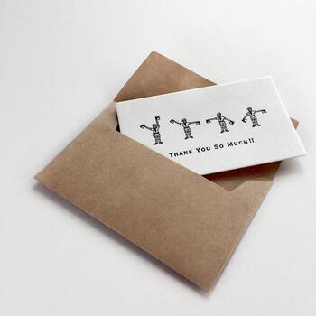 封筒付きのメッセージカードなら、お菓子を中に詰めて渡すこともできて便利ですよ。