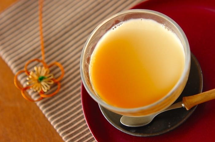 砂糖は使わず、甘酒の自然な甘さを生かした体に優しいプリンです。豆乳と合わせることで味がマイルドになるので、甘酒が苦手な方でも大丈夫。甘酒は『便秘の予防』『食べ過ぎ防止』『血行促進』などに良いとされています。低脂肪で健康的、そして美味しい♪とっておきのプリンです。