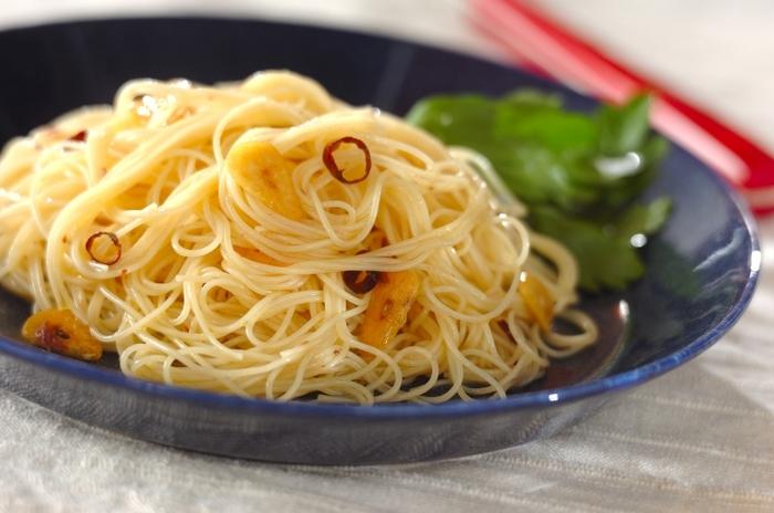 イタリアンを代表するペペロンチーノも、作り方をほんの少し変えるだけで、美味しい冷製パスタにアレンジできるんですよ◎。オリーブオイルでニンニクと唐辛子を炒めてアンチョビを加えたら、粗熱を取って冷たくなるまで氷水で冷やし、冷たいカッペリーニと和えれば完成です。