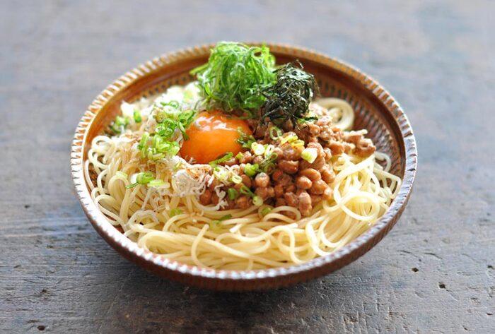 こちらは和食の定番、納豆を使った美味しい冷製パスタです。じゃこ・卵・大葉・ねぎ・のりなど様々な食材をトッピングした、見た目も豪華な一品です。「卵」と「薬味」を加えることで、納豆の美味しさがより一層引き立ちます。