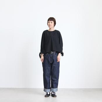 デニムと合わせたカジュアルなスタイル。コットンシルクの透け感のある素材と、スリーブのリボンが女性らしく可愛らしいデザイン。シンプルながら、大人の上品さが漂うおすすめスタイルです。