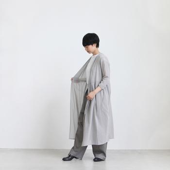 コットン100%の爽やかななローブは、パンツに合わせれば、秋らしいワントーンコーデに。凛とした女性らしいシルエットは、着心地も最高です。