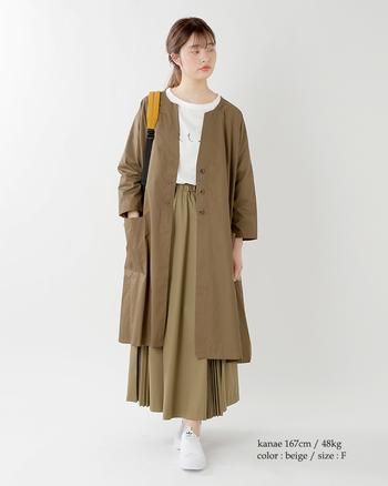 ロングシーズン活躍するコットンロングコート×スカート。デコルテライン綺麗に見え女性らしさもあり、使いやすい丈感を意識したロングコートは、おすすめの一着です。ロングコートよりも丈が長いスカートをコーデすることで、ロングコートのシルエットの美しさがより映えますよ。
