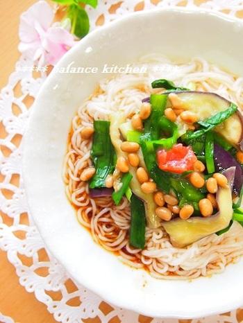 彩り鮮やかなこちらの素麺レシピは、夏野菜の茄子と、疲労回復をサポートするニラ、たんぱく質が豊富な納豆を使った栄養満点レシピ。茄子とニラはカットした後にレンジでチンするだけなので、とっても楽ちんで失敗知らずです。お酢とゴマをかけることで、さっぱりとしながらも、それでいて香ばしく仕上がります。