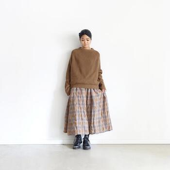 チェックリネン柄のスカートに、同系色をプラスして秋らしい装いに。足元をブーツにすれば冬まで着続けられるロングタームコーデになります。