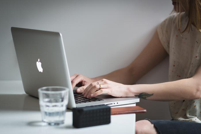 フルタイムで働く20~50代の男女521名を対象とした調査によると、他の年代に比べて20代と40代の女性、また40代男性のストレスが特に高くなる傾向がありました。  20代女性と40代女性のうち「ストレスをとても感じる」「感じる」という人は共に83.1%。40代男性では78.7%と高め。皆さんお疲れのようです。