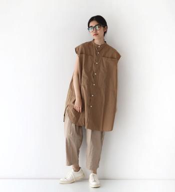 重くなりすぎない素材がかわいいシャツ。フレンチスリーブのお袖が気になる腕周り、ロング丈が腰回りをしっかりカバーしてくれます。スカートやパンツと合わせても、ワンピースとしてそのまま着ても、着まわし自由自在な心強い一着ですよ。