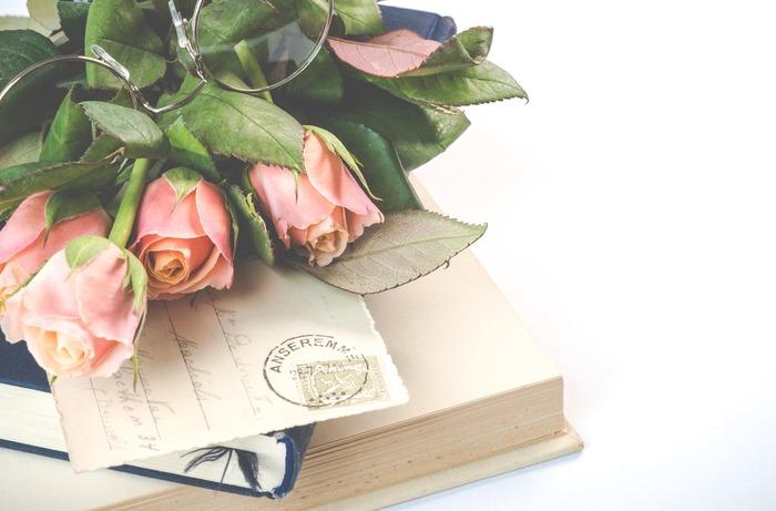 本を読むのが好きだったり、仕事に活かすために読書を習慣にしていたりする方も多いでしょう。せっかく本を読んでも内容を忘れてしまったり、いざというときに思い出せなかったりしては、もったいないですよね。 本からの学びを自分のモノにするためには、はっとしたことや、なるほどと思ったことなどを、「読書ノート」に記録することです。アナログ派さん向けの方法から、デジタル派さん向けの手軽な方法まで、「読書ノート」の書き方をご紹介します。