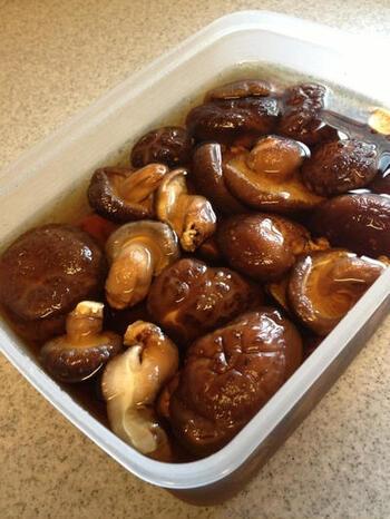 なお、干し椎茸は低温の水で戻すと、よりうまみを引き出せます。タッパーなどに干し椎茸とひたひたの水を入れ、冷蔵庫で一晩戻すのがおすすめ。