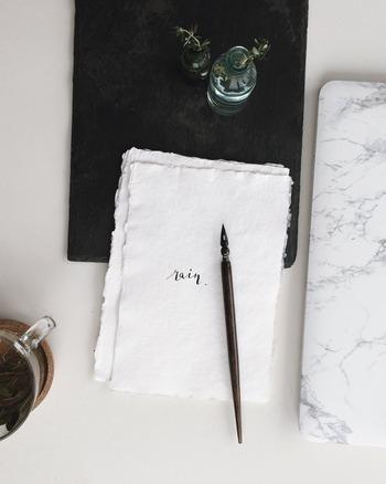 アナログ派さんの「読書ノート」必携アイテムは、「ノート」「付箋」「こすって消せるペン」の3点です。この読書ノートセットさえあれば、自宅や図書館、カフェなどどこでも読書ノートタイムが楽しめますよ♪
