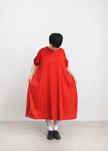 ひときわ目を引くレッドワンピース。一枚で着ても、橙色のパンツやスカートと合わせて、グラデーションコーディネートをしても色鮮やかな着こなしができます。