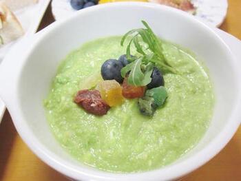 フルーツスープにカシューナッツをプラスして、栄養満点のヘルシースープに。アボガドとチーズ入りでコク深め。美容や健康が気になる方にもおすすめです♪