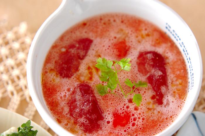 スイカを使ったスパイシーなお食事スープ。玉ねぎやにんにく、パン粉、オリーブオイルなどと一緒にミキサーにかけて混ぜ合わせます。ビタミンやミネラル豊富なスイカは、夏バテ予防にもぴったり◎