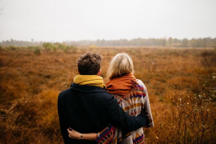 最近の研究によれば、対人ストレスを感じた日にハグをしてもらうと、ネガティヴな気分を緩和してくれる事がわかっています。 風邪などの感染症にかかるリスクも下がるそうですよ。  ハグの相手は恋人でなくともよく、思いやりのある温かい接触であればよいそう。