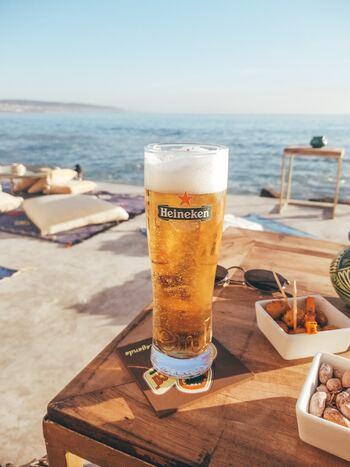 ビールの他、口当たりの良いチューハイなどは特に、気温が高い時は喉を潤すためにぐいっと飲み干してしまいがちですが、実はそれは危険な飲み方です。