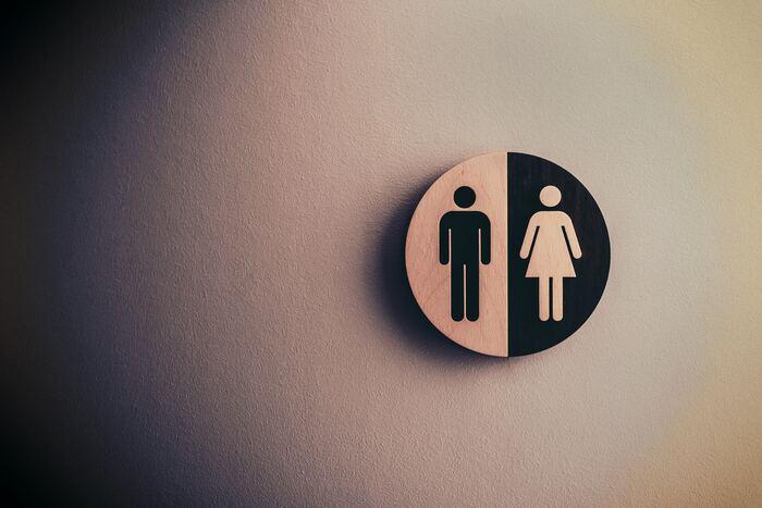 喉の乾きの他、体の水分量のバロメーターがトイレ。お手洗いに行く回数がいつもより少ない、尿の色が濃いなどの状態が出れば体が脱水している可能性があります。そんな時はお酒はストップして、水やノンカフェインの飲み物に変えましょう。