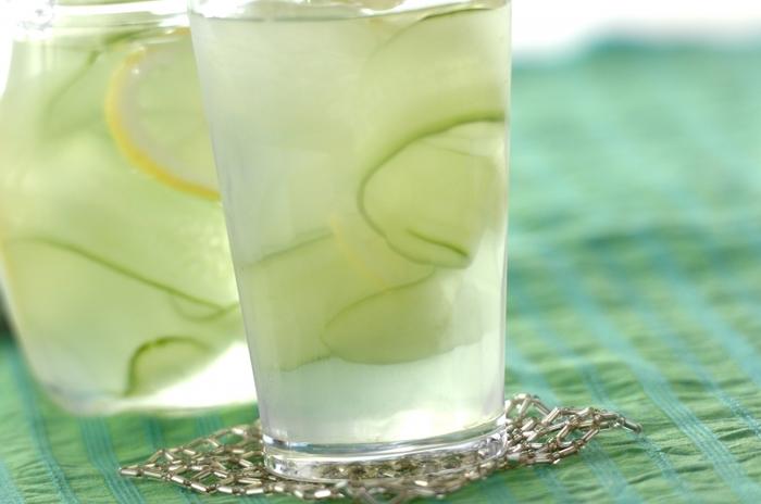 ピーラーでスライスしたキュウリとレモンを水に浸けるだけの簡単な飲料。すっきりさわやかで、見た目の清涼感もバッチリなので、暑い日のおもてなしドリンクにも良さそう。