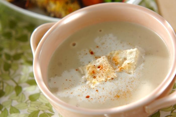 カットしたナスと白ねぎを、バターで炒め、顆粒スープの素と水を加えて煮た後、ミキサーにかけて作る「ナスのポタージュ」。ナスの皮を剥いて使うと見た目も美味しそうな仕上がりに。