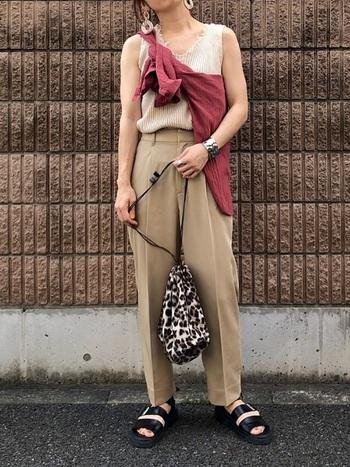 ベージュのワントーンコーデに、ボルドーシャツのたすき掛けでアクセントカラーをプラス。ワンアイテムだけ色を変えるのも、たすき掛けにおすすめのテクニックの一つです。