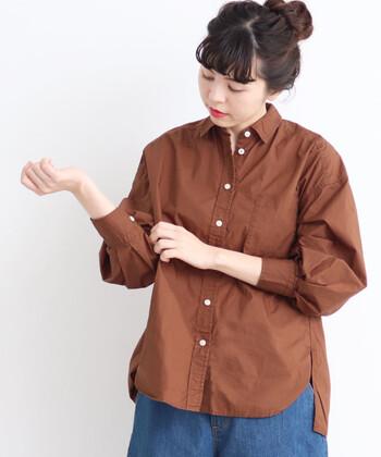 タイプライター素材を採用し、仕上げにバイオ加工を施して柔らかく仕上げた無地のシャツ。白・茶・オレンジ・黒の4色展開で、ニュアンス感のあるたすき掛けコーデを楽しみたい方にもぴったりなカラーが揃っています。