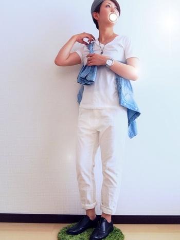 全身白コーデにデニムシャツを合わせた着こなしも、よいワンポイントになっていますね♪寒さを感じたら、もちろんそのまま羽織ってもOKです。
