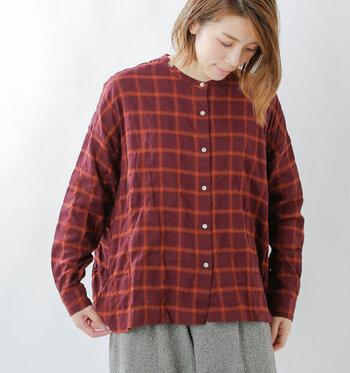 ノーカラーのチェック柄シャツは、しっかりとした長袖でたすき掛けもしやすいのが魅力。季節感のあるワインカラーとネイビーの2色展開で、くすみカラーが大人のたすき掛けコーデにぴったりのアイテムです。