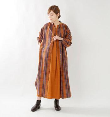 背中側にギャザーが入ったデザインなので、前を開いて羽織にしても女性らしいシルエットに。同系色のワンピースを合わせて、ちょっぴりエキゾチックな雰囲気を感じさせるコーディネートも素敵です。