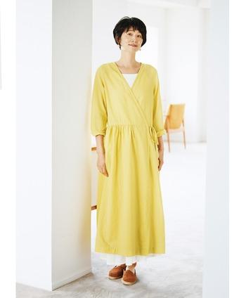 薄手の綿麻生地で作られた、ロングシーズン活用できるワンピース。爽やかなレモンイエローカラーは、夏の終わりから秋まで様々場面で活躍してくれます。カシュクールデザインなので、シンプルに一枚で着ても大人っぽい着こなしに。