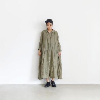 イタリアのリネン素材を使用した、深みのあるオリーブカラーが魅力的なシャツワンピースです。ゆったりと着こなせるワイドシルエットなので、一枚で着るだけでサマになります。
