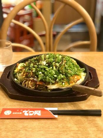 広島名物のお好み焼きはもちろん、牡蠣フライ、焼き牡蠣、さらに酒の肴に合うタコの天ぷら、色んなお魚の刺身なども。もちろん、酒の肴になるメニューが多いとあって、広島の地酒も、人気の銘柄が揃っています。  「広島を発つ前に、最後に何を食べようかな…」と迷ったら、てっ平がおすすめです!