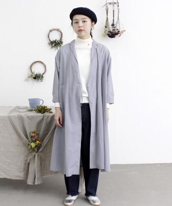 前を開いて羽織れば、トレンチコートのようなシルエットに早変わり。白と黒のモノトーンコーデに羽織れば、スタイリッシュなクールコーデの完成です。ワンピースにもスカートにもOKで、合わせるアイテムを選ばないのがポイント。