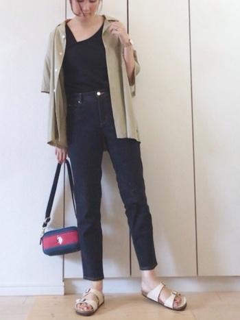 アンクル丈のデニムに、シャツを羽織として使った着こなし。インナーをブラックにすることで、縦のラインが強調されスタイルアップ効果も期待できます。ヌーディカラーのサンダルでぬけ感を出すとコーデに軽さが出て◎