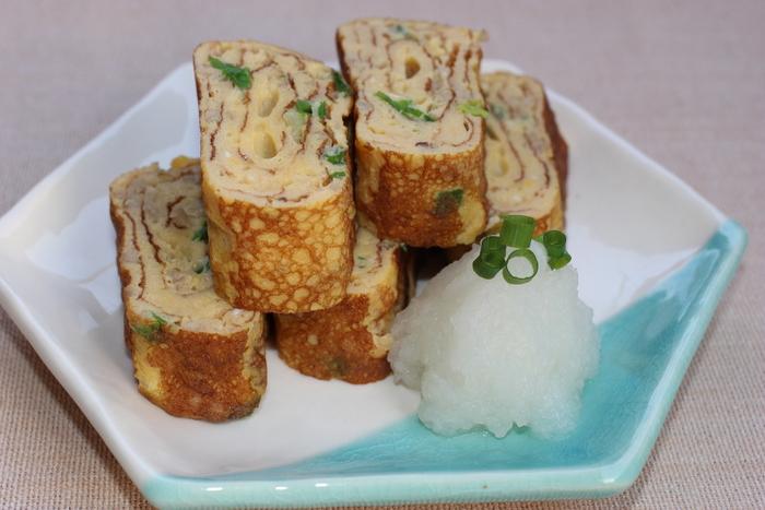 こちらは、おつまみにもぴったりの卵焼きレシピ。鶏ひき肉が入っているので食べ応えもあります。食べる時に大根おろしを添えましょう。