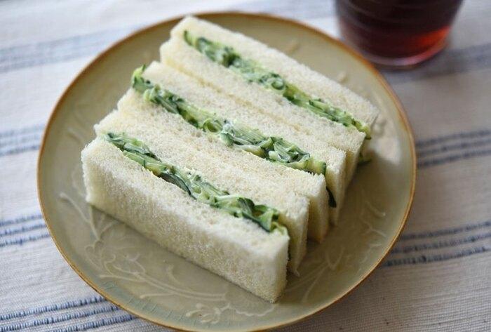 きゅうりと食パン、そして味付けにマヨネーズとコショウを使ったシンプルなサンドイッチ。大量にきゅうりを消費したい時のランチにいかがでしょうか。見た目もシンプルでさわやかなグリーンが食欲をそそるサンドイッチを美味しく作るポイントは、きゅうりの水気をしっかりとしぼり出すことです。