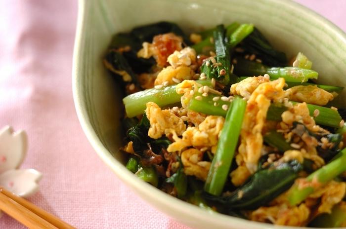 卵に小松菜、ちりめんじゃこで作るお浸しです。ちりめんじゃこは卵に混ぜて焼いて、茹でた小松菜とだし汁や調味料と一緒に合わせましょう。卵がお浸しの汁を吸いこんで、味わいが増すのだそう♪