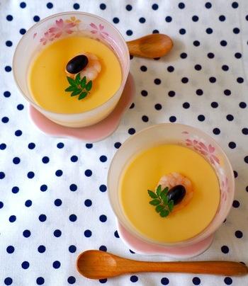 とってもおしゃれな玉子豆腐のレシピです。卵とみりん、だし汁、塩があればOK。お鍋を使うので蒸し器がなくてもできますよ。お好みでトッピングを飾りましょう。