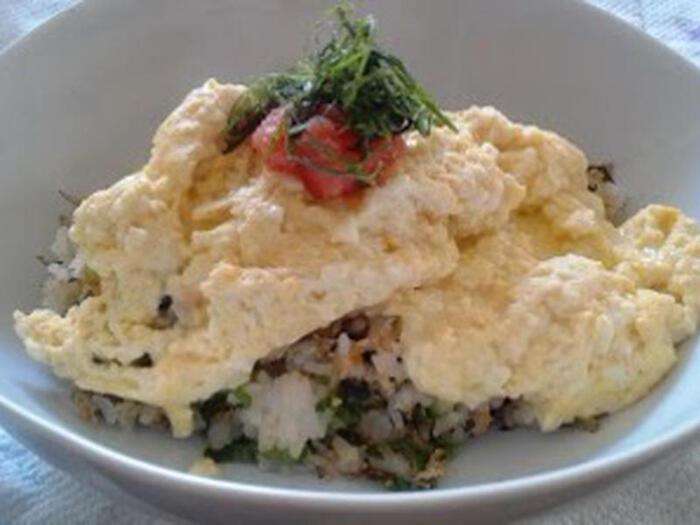 卵が1個しかなくてもオムライスが作れちゃいます♪卵に、豆腐やピザ用チーズ、明太子などを加えてボリュームアップ。混ぜながら焼いて形をまとめたら、ご飯の上に乗せましょう。ふわふわなので形は気にしなくてOK!