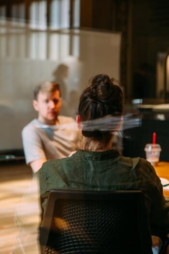 話が噛み合わない相手だからといって、なんとなく会話を切り上げるわけにはいきません。大多数の人が就いている仕事において重要なこととは、知識量や作業効率以上に「会話すること=コミュニケーション能力」ではないでしょうか。