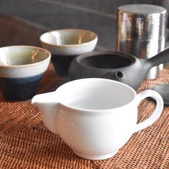 果汁を受ける側のポットは、湯冷ましとして使うことも出来ます。煎茶や玉露など、種類ごとに適度なお湯の温度にするために、一時的にお湯を冷ましておくのにぴったり! ジューサーとして以外にも、自分だけの使い方を見つけてみるというのも楽しいかもしれませんね。