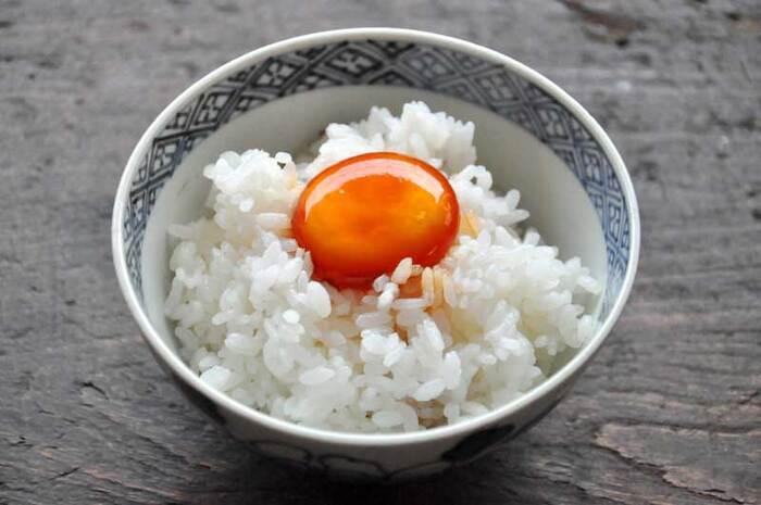 単にたまごをかけるだけではない、絶品TKGはいかが? 卵の黄身だけを醤油漬けにしておいたものを、あつあつごはんにのせるだけ。白身が苦手な方にもおすすめですよ。