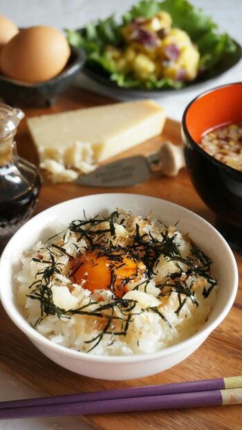 発酵食品である醤油とかつお節、チーズのハーモニーを楽しむTKGです。チーズはパルミジャーノやプロセスチーズ、とろけるチーズなどお好みでどうぞ。