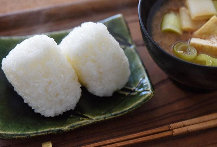 炊き立てごはんで作りたい、基本の塩むすび。ふっくらと形よく作るには、塩加減や握り方にポイントがあります。お茶碗一杯に対して指3本でひとつまみの塩を両手にのばし、力を入れすぎないようにふんわりと形を整えましょう。