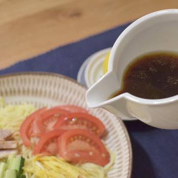 半分に切ったレモンを搾ったところに、醤油、砂糖、ごま油などを合わせて冷やし中華のタレを作ることも出来ます。市販のものとはまた違った美味しさが味わえます! 他にも、ぽん酢をベースにした鍋つゆや、唐揚げ用のネギ塩だれなど…色々なタレを作るのが楽しくなりそうです。