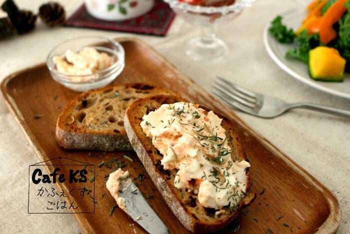 お手軽なのにちょっぴりリッチな気分に浸れる、鮭フレークで作るスモークサーモン風サンドはいかが? クリームチーズやハーブと和えて、お好みのパンにはさむだけで完成です。